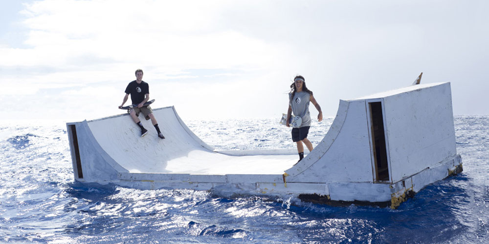 du skate en pleine mer avec la mini rampe flottante de volcom les others. Black Bedroom Furniture Sets. Home Design Ideas